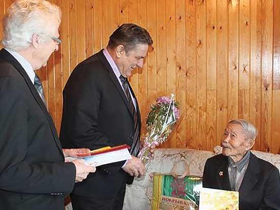Власти подарили ветерану на 101-летие тысячу рублей и сертификат на 500 рублей